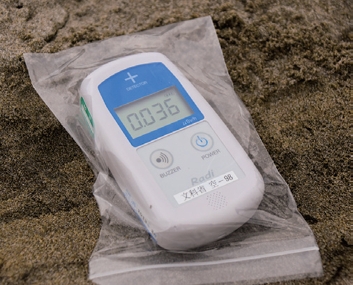 A handheld Geiger counter reading confirms no increase in regular background radiation (© THE SURF NEWS)